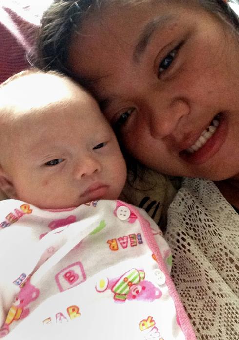 פאטרמון וגאמי. כמה שבועות לאחר הלידה (צילום: AFP, PATTARAMON CHANBUA  ) (צילום: AFP, PATTARAMON CHANBUA  )