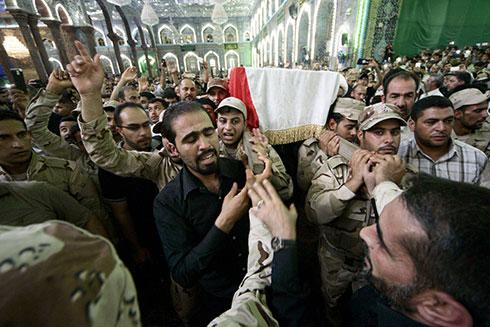 קרבות קשים נגד האיסלאמיסטים. הלוויית חייל עיראקי בתיכרית (צילום: EPA) (צילום: EPA)