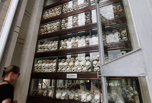 אתר הנצחה לקורבנות קמר רוז' בפאתי פנום פן (צילום: EPA)