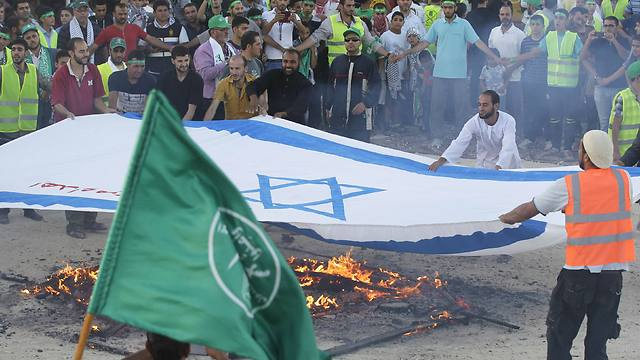 Protestors set fire to Israeli flag (Photo: Reuters) (Photo: Reuters)