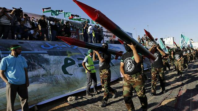 Protestors carry mock Qassam rockets (Photo: Reuters) (Photo: Reuters)