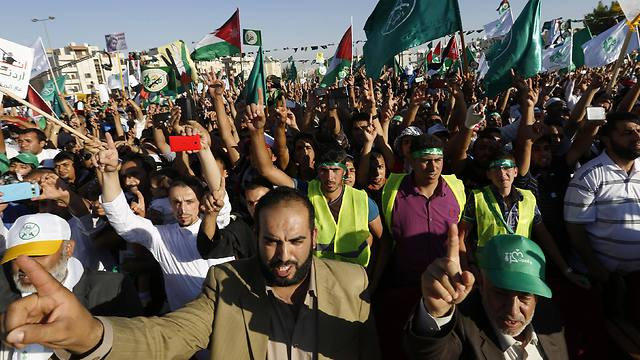 Demonstrators wave Jordanian, Palestinian and Islamic flags, as they shout slogans (Photo: Reuters) (Photo: Reuters)
