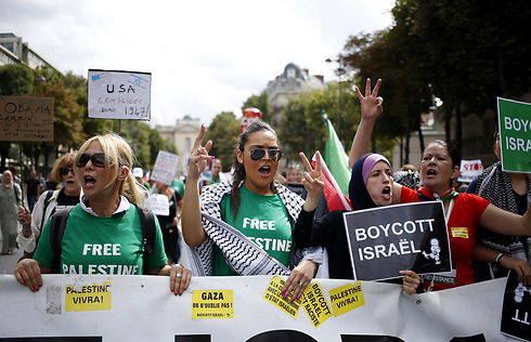 Pro-Palestinian protesters in Paris. Funding anti-Israel activity (Archive photo: AFP)