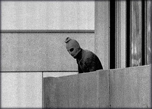 אחד המחבלים בחדרי הספורטאים הישראלים בכפר האולימפי במינכן (צילום: AP) (צילום: AP)