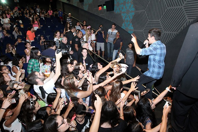 רק אל תקפוץ על הקהל בסוף ההופעה (צילום: רפי דלויה)