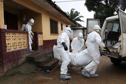 פינוי גופת קורבן אבולה מבית החולים סנט פול במונרוביה, ליבריה (צילום: EPA) (צילום: EPA)