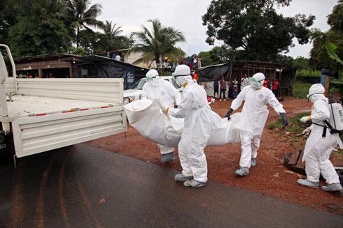 אפשר להידבק באבולה גם מגופה. פינוי קורבן ברחוב וירג'יניה במונרוביה (צילום: EPA) (צילום: EPA)
