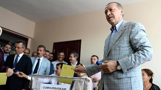 היריבים הועלמו מהמסך. ארדואן מצביע בבחירות (צילום: MCT)