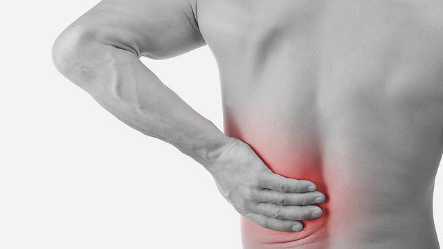 רבים הסובלים מכאבי ברכיים סובלים גם מכאבי גב (צילום: shutterstock)