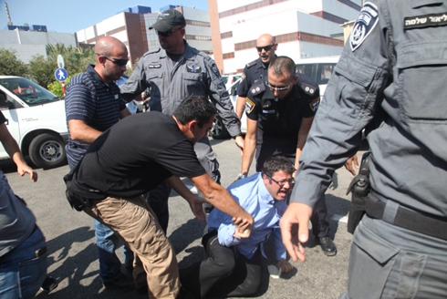 איתמר בן גביר מתעמת עם שוטרים מחוץ למשרדי להב 433 (צילום: מוטי קמחי) (צילום: מוטי קמחי)