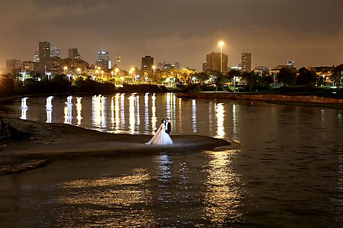 """""""מאחר שהחתן והכלה לא רואים זה את זו לפני החופה, נוצר מצב שאין יותר מדי זמן לתמונות זוגיות. מי שרוצה צילומי חוץ, עושה את זה אחרי החתונה"""" (צילום: יעקב גרוס) (צילום: יעקב גרוס)"""
