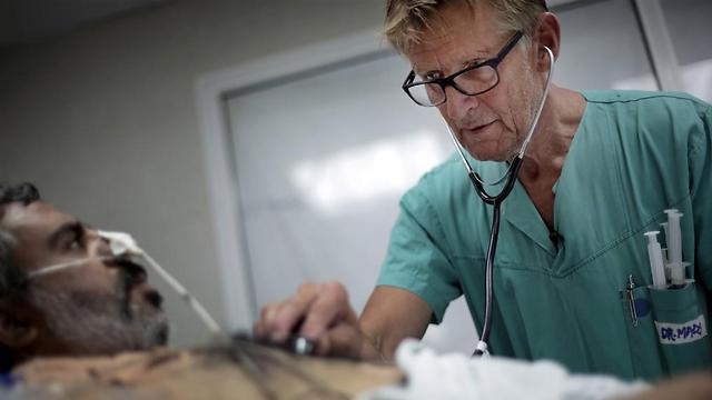 """האשמות בלי הוכחות. ד""""ר גילברט בבית החולים שיפא במהלך """"צוק איתן"""" (צילום: AP) (צילום: AP)"""