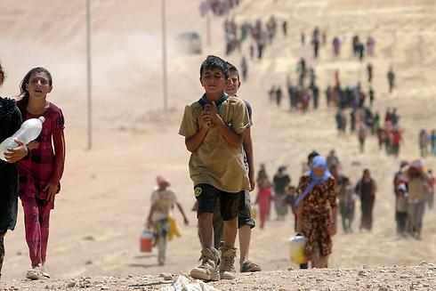 נרדפים. בני המיעוט היזידי בורחים לגבול עם סוריה (צילום: רויטרס) (צילום: רויטרס)