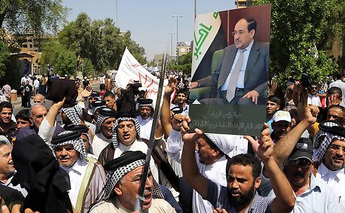 """""""אנחנו אתך אל-מאליכי"""", תומכי ראש הממשלה המודח בבגדד (צילום: AP) (צילום: AP)"""