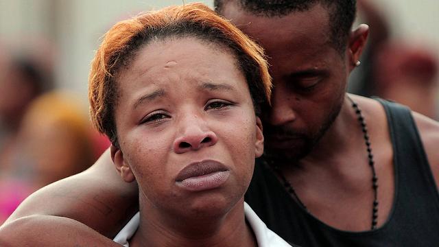 אבלה על מות בנה. אמו של בראון לזלי מקספאדן ובעלה לואיס הד (צילום: AP) (צילום: AP)