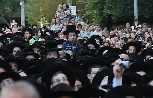 Thousands of people fill the nearby streets (Photo: Yaakov Cohen)