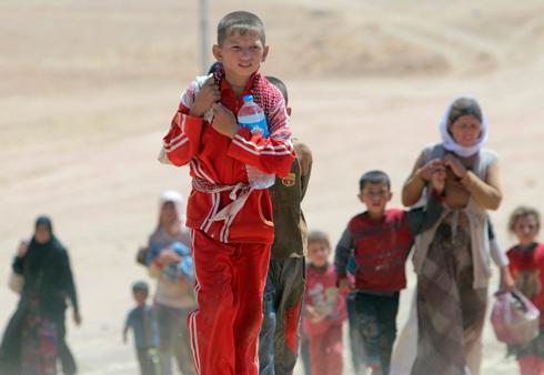 פליטים יזידים בורחים מחרב הג'יהאדיסטים של דאעש (צילום: AP) (צילום: AP)