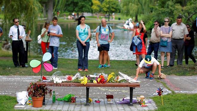 מעריצים חולקים כבוד לרובין וויליאמס בגן הציבורי בבוסטון (צילום: רויטרס) (צילום: רויטרס)