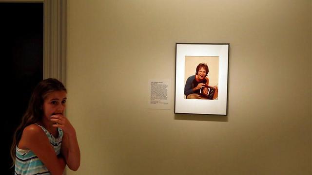 מתקשים לעכל. מעריצה צעירה חולקת כבוד לוויליאמס (צילום: רויטרס) (צילום: רויטרס)