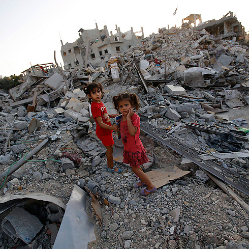 Gazan children in wreckage left by IDF attacks (Photo: EPA)