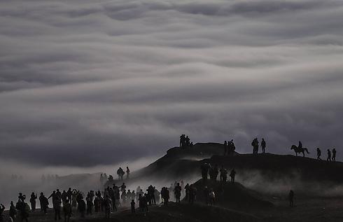 הינדים צועדים בהר ברומו (צילום: gettyimages)