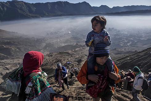 משפחה בדרכה לראש ההר (צילום: gettyimages)