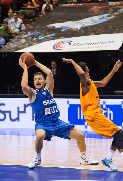 גל מקל מול ההולנדים. גם הם ניצחו את בולגריה (צילום: פראנס נילסן) (צילום: פראנס נילסן)