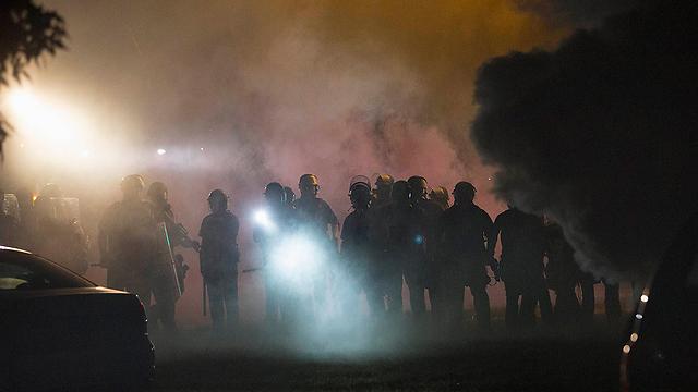 עשן בכל מקום. אזור ההתנגשות בין המשטרה למפגינים בפרגוסון (צילום: רויטרס) (צילום: רויטרס)