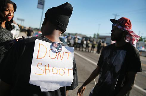 """""""אל תירו"""". מפגינים שחורים בפרגוסון (צילום: AFP) (צילום: AFP)"""