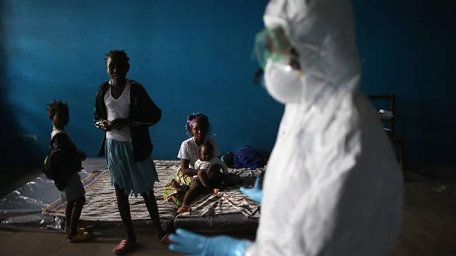"""""""ילדים רואים אנשים בחליפת אסטרונאוט מפנים את הוריהם"""". ילדים בליבריה (צילום: Getty Images) (צילום: Getty Images)"""