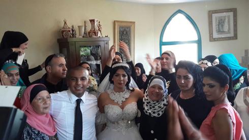 חפלה בבית המשפחה ביפו לפני מסיבת החתונה (צילום: חסן שעלאן) (צילום: חסן שעלאן)