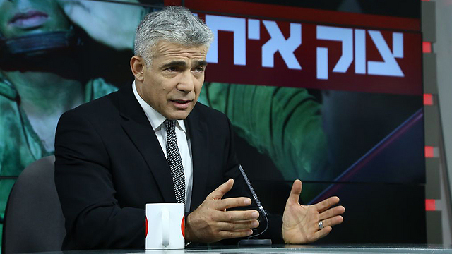 Lapid at Ynet's studio (Photo: Ofer Amram)