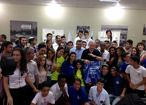 A group photo of Prime Minister Netanyahu and the children of Sderot.