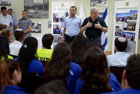 Netanyahu during his visit to Sderot. (Photo: GPO) (Photo: GPO)
