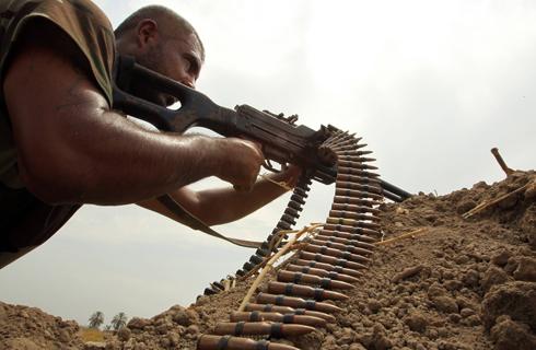 לוחם שיעי נגד דאעש (צילום: AFP) (צילום: AFP)