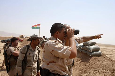 לוחמים כורדים בדרך לעיירה העיראקית גוור (צילום: רויטרס) (צילום: רויטרס)