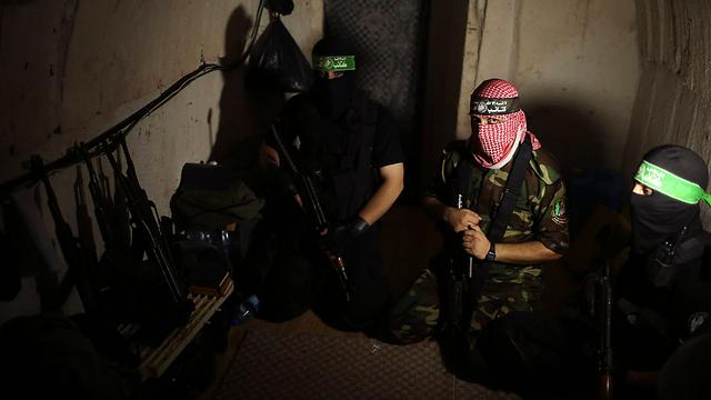אנשי עז א-דין אל-קסאם במנהרה בעזה (צילום: רויטרס) (צילום: רויטרס)