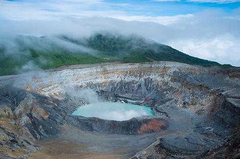 פסגת הר הגעש איראזו (צילום: shutterstock) (צילום: shutterstock)