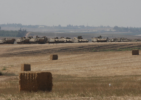 Tanks near border (Photo: Roei Idan)