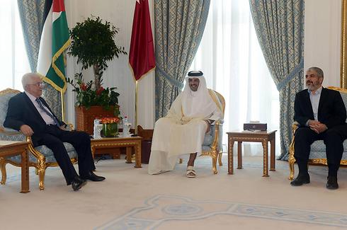 Mahmoud Abbas and Khaled Mashal in Doha (Photo: AFP)