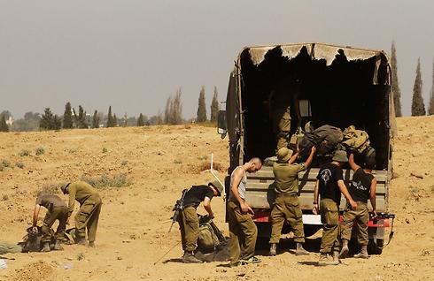 """כוחות צה""""ל בגבול הרצועה, יולי 2014 (צילום: עידו ארז) (צילום: עידו ארז)"""