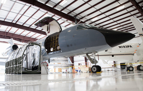 """מצויד בתא בידוד. מטוס הסילון שהטיס את שני החולים לטיפול בארה""""ב (צילום: EPA) (צילום: EPA)"""