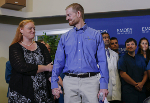 """ד""""ר ברנטלי ורעייתו אמבר לאחר שחרורו מבית החולים (צילום: EPA) (צילום: EPA)"""