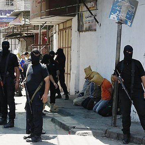 מוציאים להורג חשודים בשיתוף פעולה ברחובות עזה