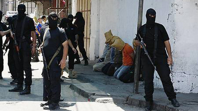Hamas operatives about to execute 'collaborators' (Archive photo)
