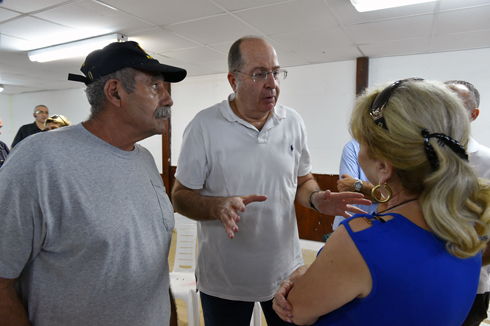 Ya'alon meets with Gaza border residents (Photo: Ariel Hermoni, Defense Ministry)