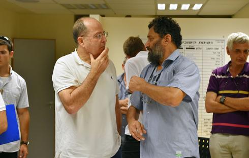 Ya'alon meets with the head of the Hof Ashkelon Regional Council, Yair Farjun (Photo: Ariel Hermoni, Defense Ministry)