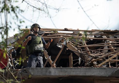 אשקלון הבוקר, נפגעים והרס רב מפיצוץ רקטה בלב שכונת מגורים (צילום: AFP)