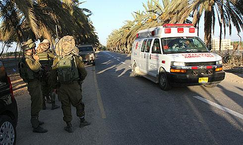 פינוי פצועים ממקום נפילת הרקטה הקטלנית הערב במועצת אשכול (צילום: עידו ארז )