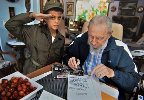 פידל קסטרו עם מעריץ. עלייתו לשלטון הביאה למשטר הסנקציות (צילום: AFP) (צילום: AFP)